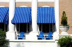 Blauwe Portiek met het Blauwe Afbaarden en Blauwe Adirondack-Stoelen stock afbeelding