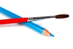Blauwe potloden en borstel voor verven Stock Foto
