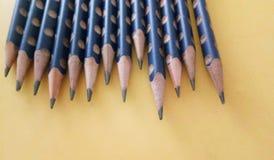 Blauwe potloden op gele achtergrond Royalty-vrije Stock Afbeelding