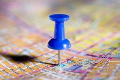 Blauwe punaise op de kaart Stock Afbeeldingen