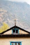 Blauwe raamkozijnen van een Nepalees huis Stock Foto's