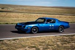 Blauwe raceauto op spoor Royalty-vrije Stock Foto's
