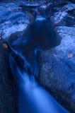 Blauwe rivier met gevallen bladeren royalty-vrije stock fotografie