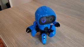 Blauwe robot op de lijst stock video