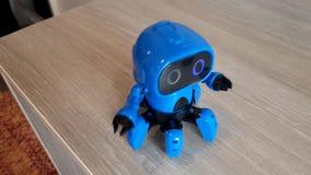 Blauwe robot op de lijst stock footage