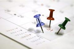 Blauwe rode groene spelden op een kalender Royalty-vrije Stock Foto's