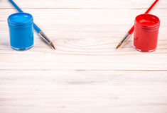 Blauwe rode verven met borstels Royalty-vrije Stock Afbeeldingen