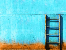 Blauwe roestige uitstekende trap Stock Afbeeldingen