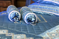 Blauwe rollen op het bed Royalty-vrije Stock Foto's