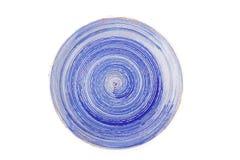 Blauwe ronde ceramische plaat met spiraalvormig die patroon, op wit wordt geïsoleerd Stock Foto