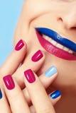 Blauwe roze manierspijkers en lippen royalty-vrije stock afbeelding