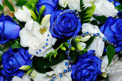 Blauwe rozen en blauwe armband Stock Afbeelding