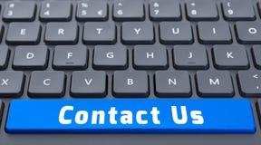 Blauwe ruimte contacteert ons knoop op toetsenbordconcept Stock Foto