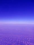 Blauwe ruimtehemel met violette wolken, Royalty-vrije Stock Afbeelding