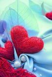 Blauwe satijndoek met rode harten Royalty-vrije Stock Afbeeldingen