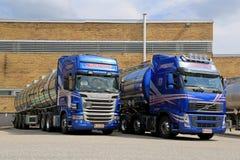 Blauwe Scania en Volvo-Tankervrachtwagens royalty-vrije stock afbeelding