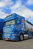Blauwe Scania-Vrachtwagen, Detail met Blauwe Hemel en Wolken Stock Foto