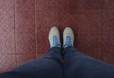 Blauwe Schoenen op Ceramisch Stock Afbeeldingen