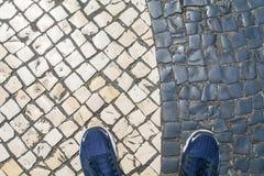 Blauwe schoenen op het room-zwarte gekleurde tegelspatroon Stock Afbeeldingen