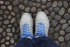 Blauwe Schoenen op Steen Royalty-vrije Stock Afbeelding