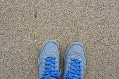 Blauwe schoenen op zand Royalty-vrije Stock Fotografie