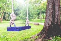 Blauwe Schommeling in de Tuin Royalty-vrije Stock Fotografie