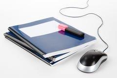 Blauwe schoolhandboek en computermuis Stock Foto