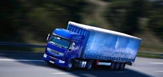 Blauwe semi vrachtwagen Royalty-vrije Stock Foto's