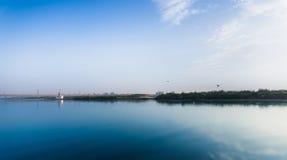 Blauwe skye over rivieryamuna Stock Foto's