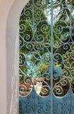 Blauwe smeedijzerpoort in de vorm van een boog stock foto