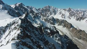 Blauwe Snow-Capped Bergen in Sunny Day Lucht Mening stock videobeelden