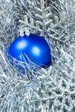 Blauwe snuisterij en sneeuwvlokken Stock Fotografie
