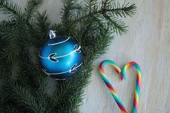 Blauwe snuisterij op Kerstmisboom en suikergoedriet Stock Foto's