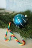 Blauwe snuisterij op Kerstmisboom en suikergoedriet Stock Afbeeldingen
