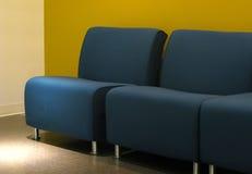 Blauwe sofa stock foto