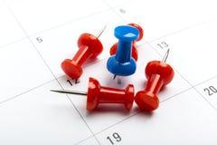 Blauwe speld op het Witte schot van de Kalenderclose-up Stock Foto