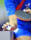 Blauwe spijkers in pingpong Stock Afbeelding