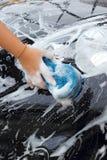 Blauwe spons de auto voor was Stock Foto