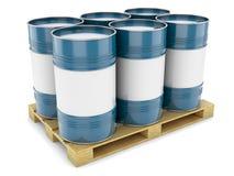 Blauwe staalvaten op pallet Stock Foto's