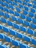 Blauwe stadionzetels stock foto's