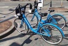 Blauwe stadsfietsen voor huurtribune op een parkeren Royalty-vrije Stock Foto's