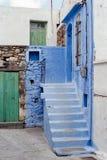 Blauwe Stappen in binnenplaats in Kreta, Griekenland stock foto's
