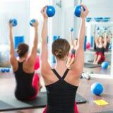 Blauwe stemmende bal in de achtermening van de vrouwen pilates klasse royalty-vrije stock fotografie