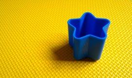 Blauwe ster op geel Royalty-vrije Stock Afbeelding