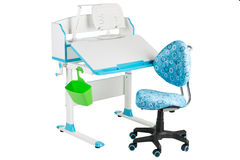Blauwe stoel, blauwe schoolbank, groene mand en bureaulamp Stock Fotografie