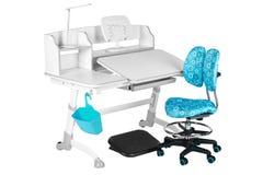 Blauwe stoel, grijze schoolbank, blauwe mand, bureaulamp en zwarte steun onder benen Stock Foto