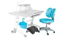 Blauwe stoel, grijze schoolbank, blauwe mand, bureaulamp en zwarte steun onder benen Royalty-vrije Stock Afbeelding