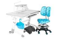 Blauwe stoel, grijze schoolbank, blauwe mand, bureaulamp en zwarte steun onder benen Royalty-vrije Stock Fotografie