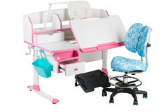 Blauwe stoel, roze schoolbank, blauwe mand, bureaulamp en zwarte steun onder benen Stock Fotografie