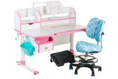 Blauwe stoel, roze schoolbank, blauwe mand, bureaulamp en zwarte steun onder benen Royalty-vrije Stock Afbeeldingen